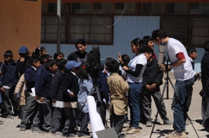 Esperando su turno para el telescopio / Childrens waiting to use the telescope