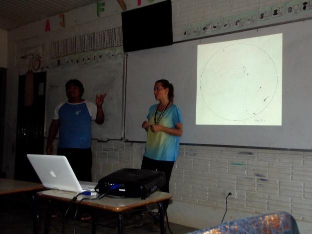 Teacher helping us translating to Tupí-Mondé. Credits: Patrícia Figueiró Spinelli / GalileoMobile